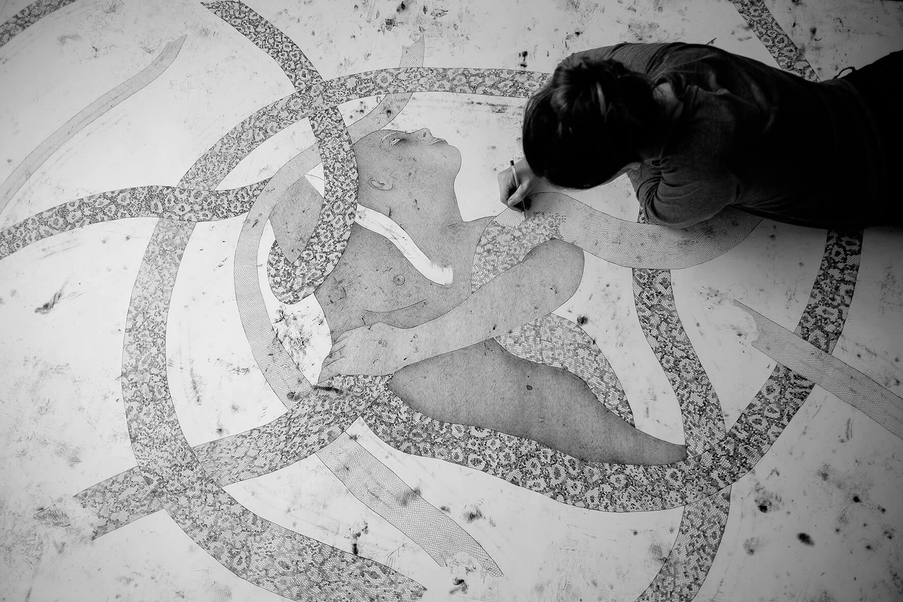 מורן קליגר בתהליך העבודה. צילום: גיא טובול