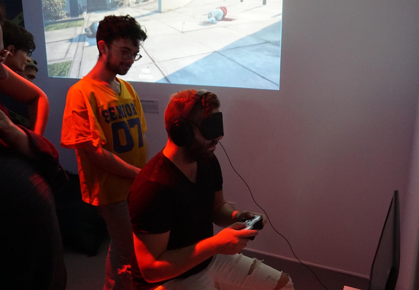 שחקנים מנסים את המשחק בלי להסתכל. צילום: יח״צ